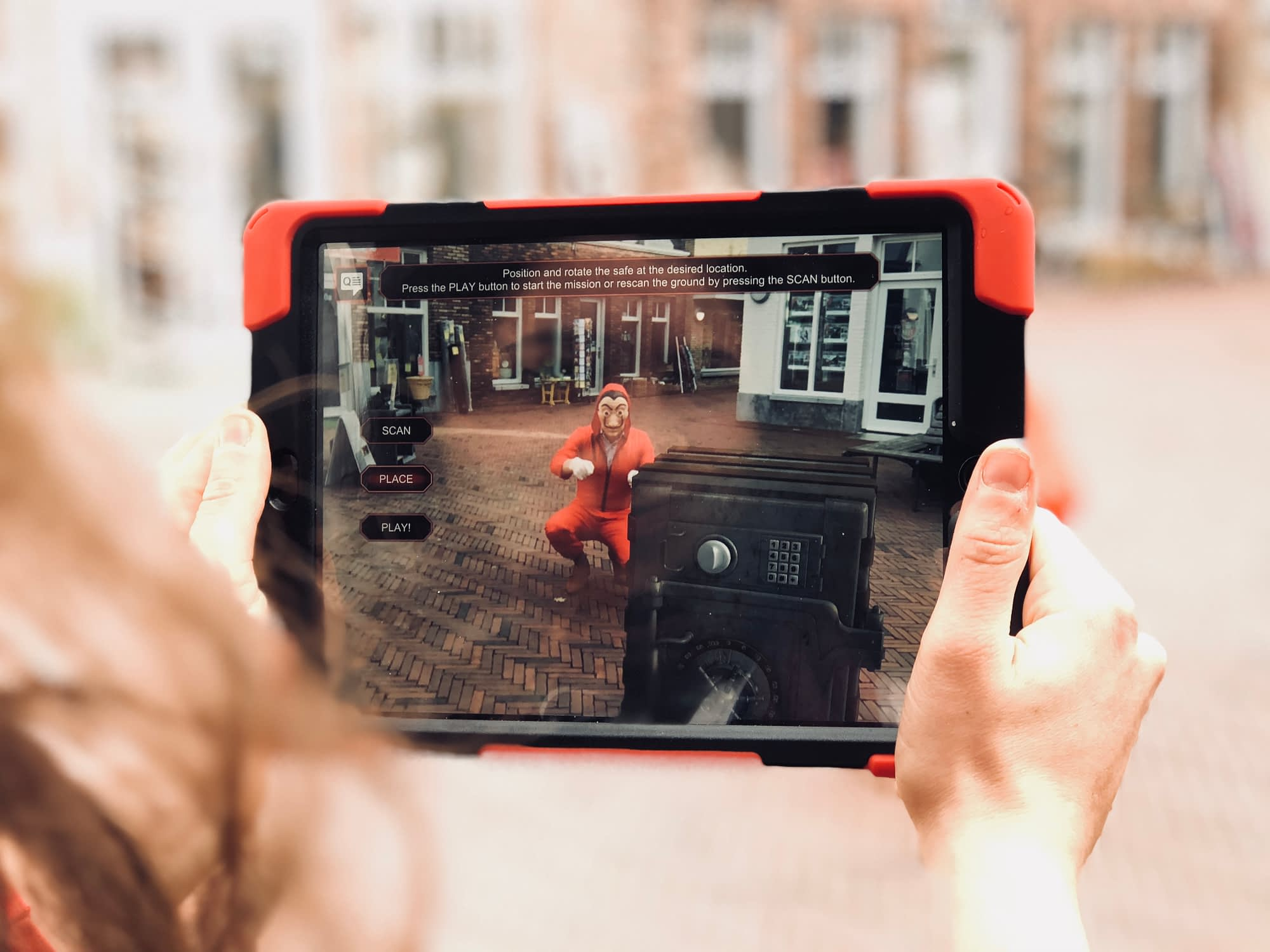 Deelnemers voeren een Augmented Reality opdracht uit met de iPad