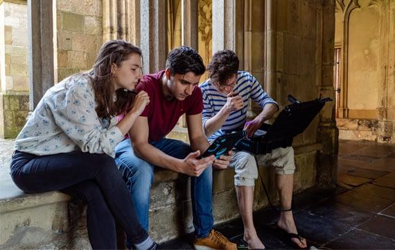 Drie deelnemers die een puzzel proberen op te lossen